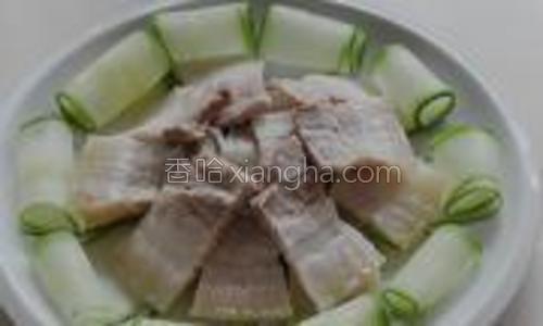 把切成薄片的五花肉片一片片铺在中间的黄瓜上,然后浇上蘸料即可品尝。