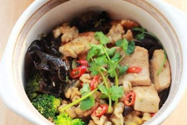 蚝汁桃仁木耳豆腐煲的做法
