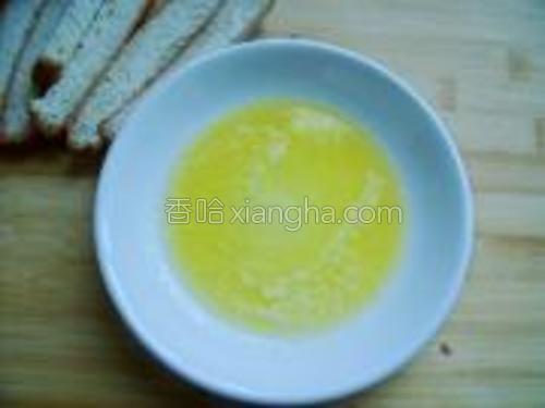 将黄油放于耐高温的盘中,用微波炉加热1分钟至溶化。