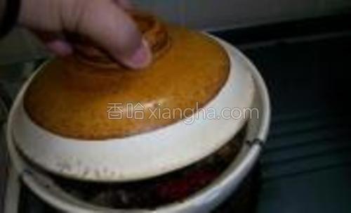 盖上砂煲盖焖煮至肉软。