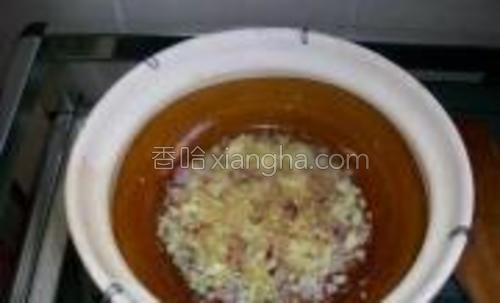 用回煎过咸鱼的油爆香姜,葱及蒜。