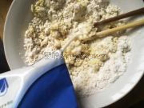 地瓜泥中加糖和面粉,用牛奶和成柔软适中的面团;