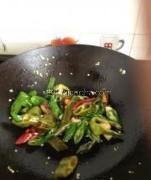 放入青椒炒至7分熟的时候。