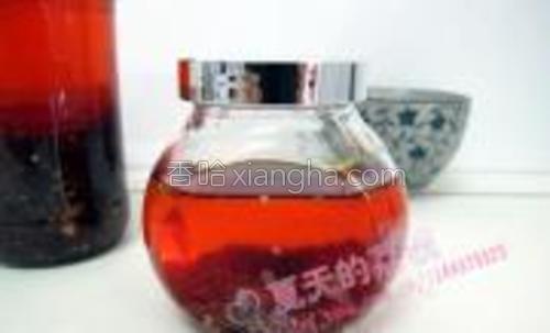 红油凉后连辣椒面一起倒入干净的玻璃瓶装好即可,也可以将辣椒面滤出另装瓶,随自己喜好!