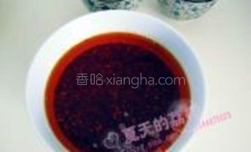制好的红油先盛碗内放凉;