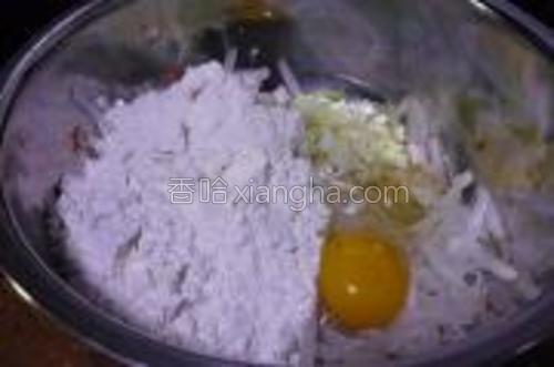加入切碎的葱末,鸡蛋,面粉。