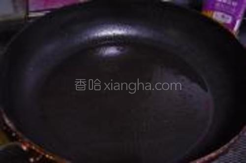 平底锅放适量油。