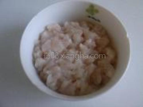 鱼柳切成玉米大小均匀的丁。