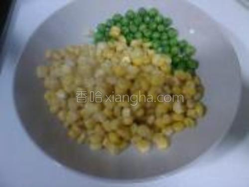 焯水后的青豆和玉米放在一个碗内备用。