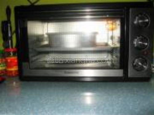 烤箱工作中,160度1个小时左右,我用的是上下加旋转热风烤的,各家的烤箱不同,时间长短可以自行调整。