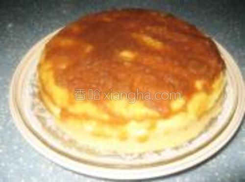 脱模后的蛋糕,蛋糕上面可以裱花,也可以抹上果酱,更可以直接切块食用,很细腻很香软!我这个就是涂抹自己制作的苹果果酱。(不要怀疑啊!苹果酱直接做出来确实是白的,我觉得不大好看,所以加了些红糖。