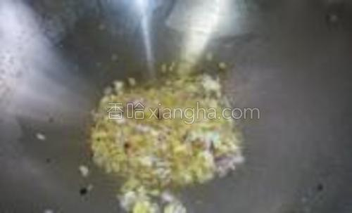 锅下油,油要下多一些,爆香小葱,蒜头及姜茸。