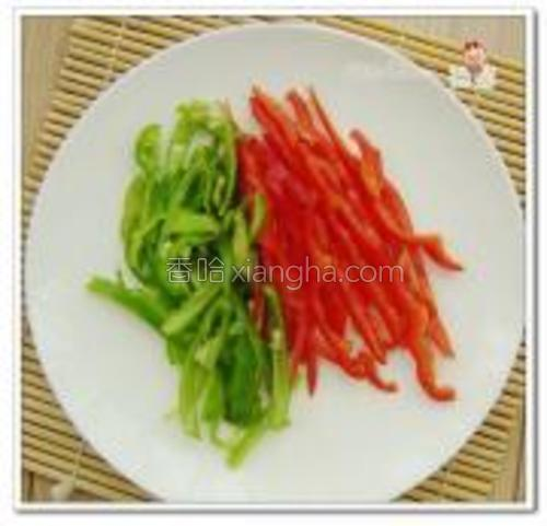 把准备好的配菜切成小条。