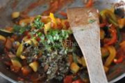 有需要的话收汁或者焖的过程中再加水,最后撒上欧芹叶和罗勒叶,用盐和胡椒调味,即可。