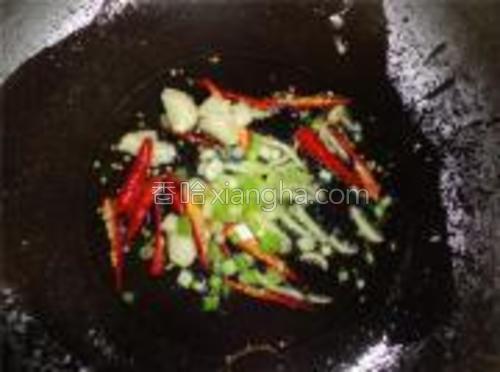 锅坐火上,烧热入油,放葱、姜、蒜、辣椒爆香。