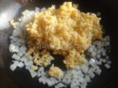 倒入拌好的米饭。