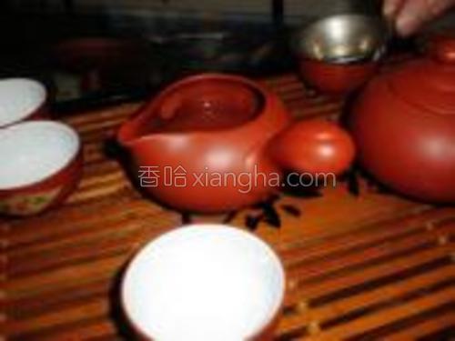 先用开水将茶具逐个泡一遍。