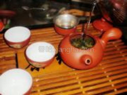 将开水高冲入壶泡茶。