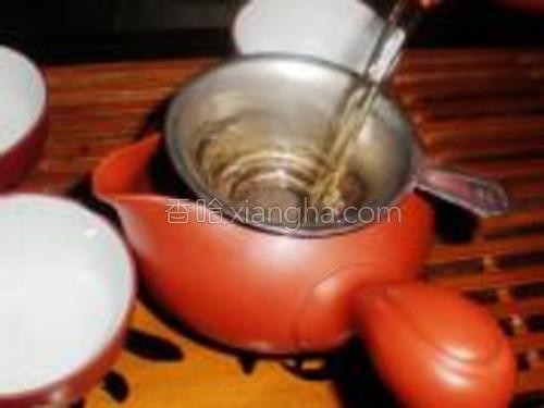 十几秒后将茶水过滤至茶海,虑茶。