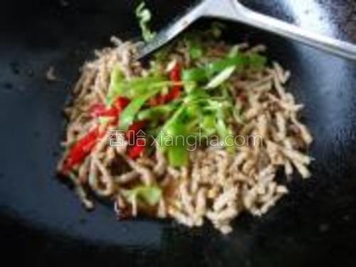 在放入红椒丝和青椒丝一起煸炒,放一点盐和味精。