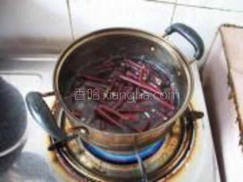 锅里烧开水,下几滴油,把豇豆焯熟。