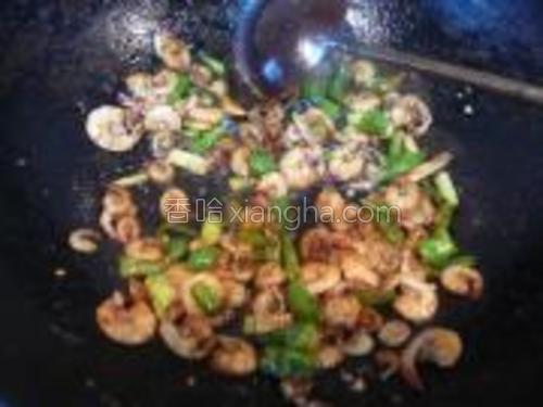 间苗的养殖虾,用大葱煸炒出香味。