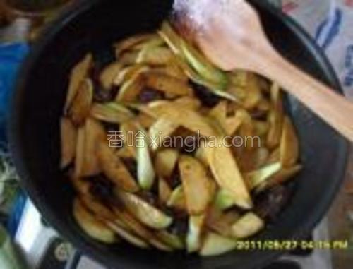 倒入切好的茭白,翻炒片刻后,加入一小勺的盐,和半勺的白糖,一勺料酒,炒匀。把切好的葱白放入翻炒,盖上锅盖小火焖1分钟后开盖,(记得小火啊,不然就焦掉了),再撒上葱绿部分翻炒均匀,即可。
