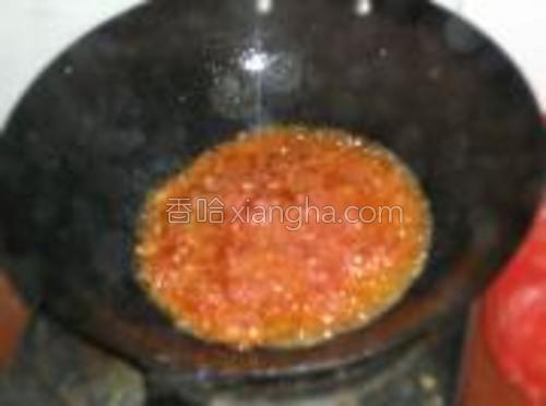 热油锅下番茄蓉熬汁,用盐和白糖调味。