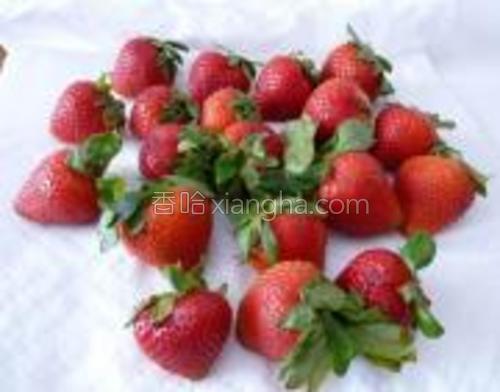将草莓洗净,沥干。