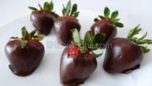将裹上巧克力的草莓放入冰箱,冷藏约20-30分钟。