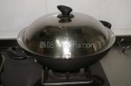 倒入少许清水,盖上锅盖,转中火焖煮8~10分钟。