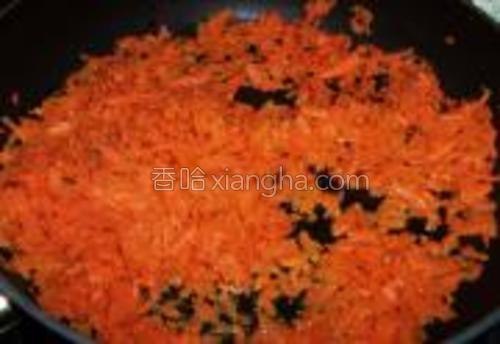 锅中放入少量的油,下入胡萝卜碎煸炒至胡萝卜软烂。盛出晾凉。