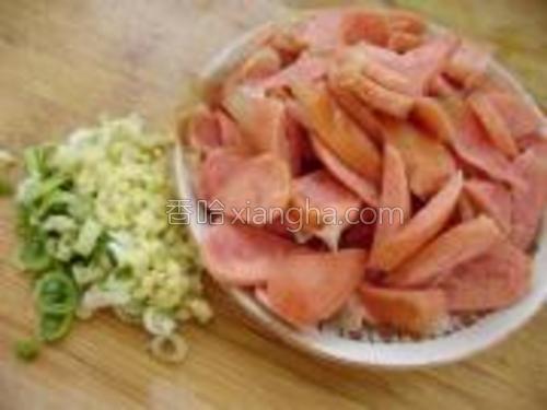 将烤肠清洗干净,切成小片装入盘中,葱姜切成末待用。