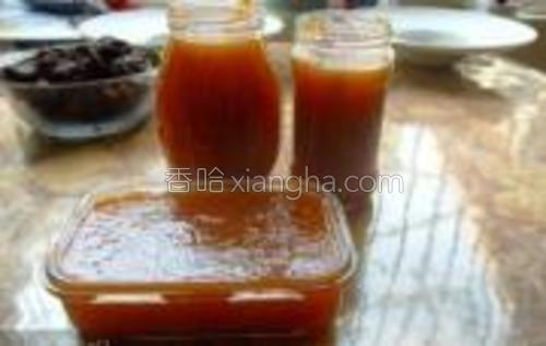 杏去核放到榨汁机里搅碎,加白糖在锅里煮到粘稠即可。