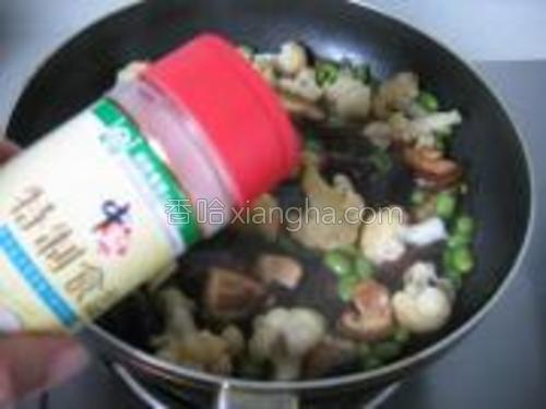 加入精盐烧煮片刻。