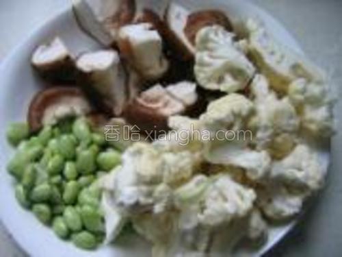 菜花掰开用盐水浸泡洗净,毛豆去壳洗净,冬菇洗净切块。