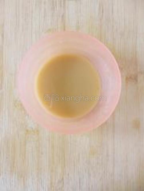 再加入三勺的清水调成芡汁,倒入锅内烧开变稠后,关火,把芡汁淋在丸子上即可。