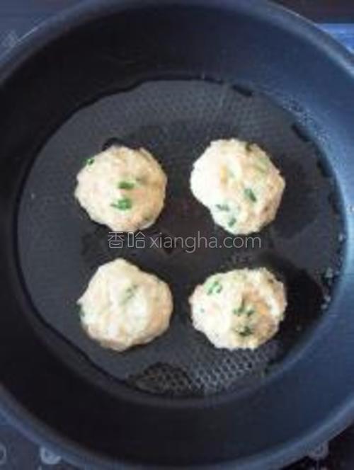 锅内倒少许油,把丸子放入中小火煎至,每面煎约3分钟。