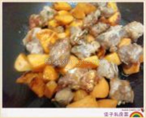 排骨炸至金黄色时,将油倒出,把地瓜放进去翻炒,此时可以放少量水,避免粘锅或糊掉。<br/>然后加入酱油、番茄酱、糖、醋调味,最后倒入淀粉勾芡收汁。