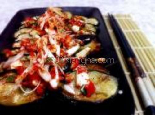 把拌好的配菜就这么放在茄片儿上,里面的醋汁浇在茄片儿上。直接食用。