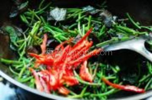 等炒成这样的时候放入红椒丝同炒几下。