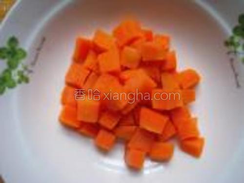 胡萝卜切丁放水里焯下待用。