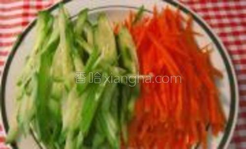 胡萝卜洗净去皮、切丝;黄瓜用盐揉搓后洗净、切丝