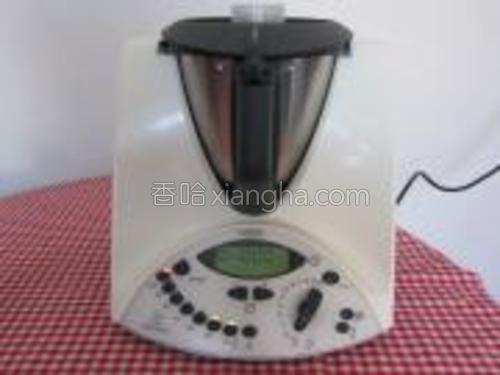 开盖倒进水,马铃薯和鸡精粉煮,时间10分钟,速度1,温度器100度。