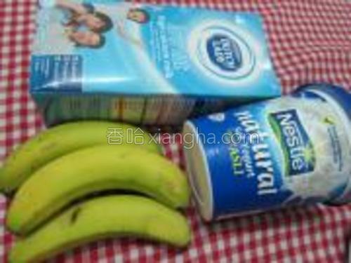 香蕉200克,原味优格(酸奶)200克,鲜奶200克,冰块100块。