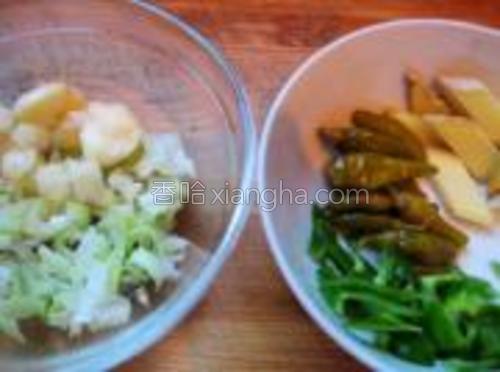 葱姜蒜切片或丝,小青椒切丝。