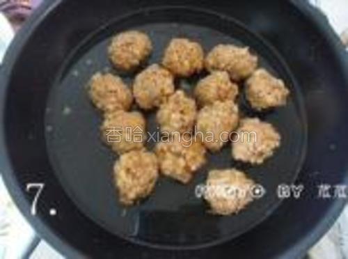 锅里重新倒半碗干净的清水烧开,再把烧好的肉丸放进去。