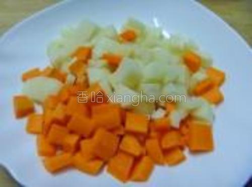 土豆和胡萝卜切成和豆子大小的丁。
