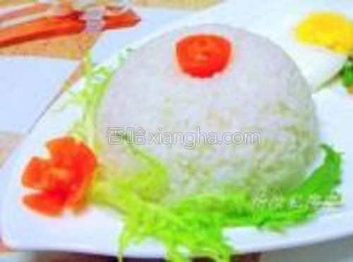 把米饭盛在碗中,扣在碗中。