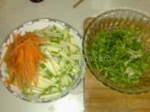 胡萝卜切丝,西葫芦切片。